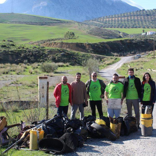 Miembros del equipo Relámpago Verde tras una recogida